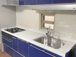 キッチンリフォーム 鮮やかな紺色がキレイでカッコいいシステムキッチン