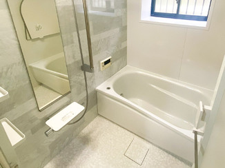 バスルームリフォーム 足が伸ばしやすいお風呂と、あわせて一新した快適な洗面所